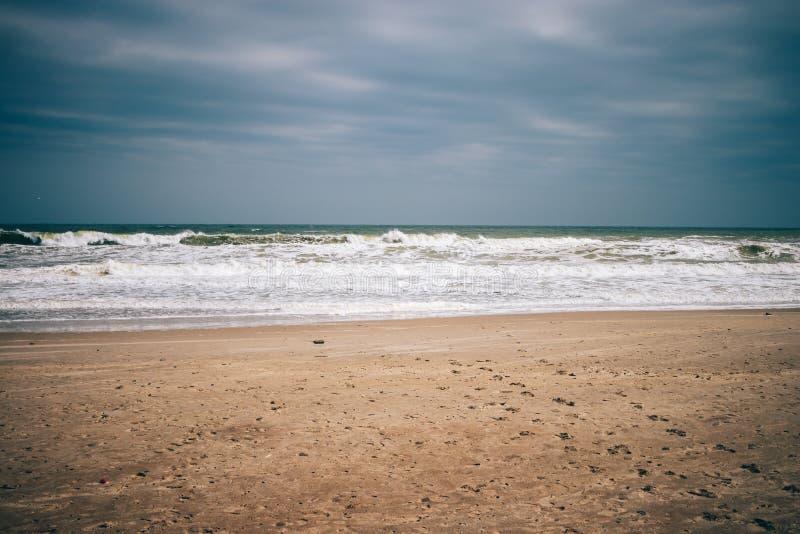 Paesaggio di Minimalistic della spiaggia vuota, nuvole di tempesta scure fotografie stock