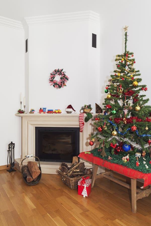 Paesaggio di Natale - scena tradizionale del camino nel tempo di Natale fotografie stock libere da diritti