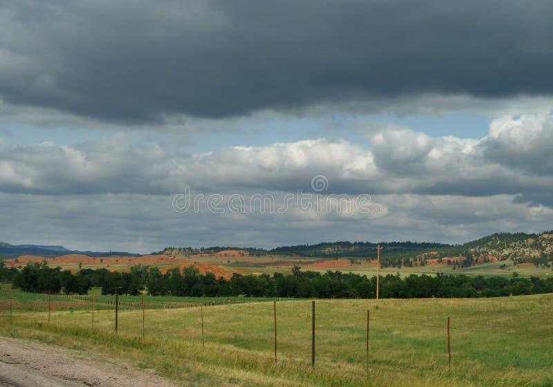 Paesaggio di nordest del Wyoming con la linea di recinzione immagini stock libere da diritti