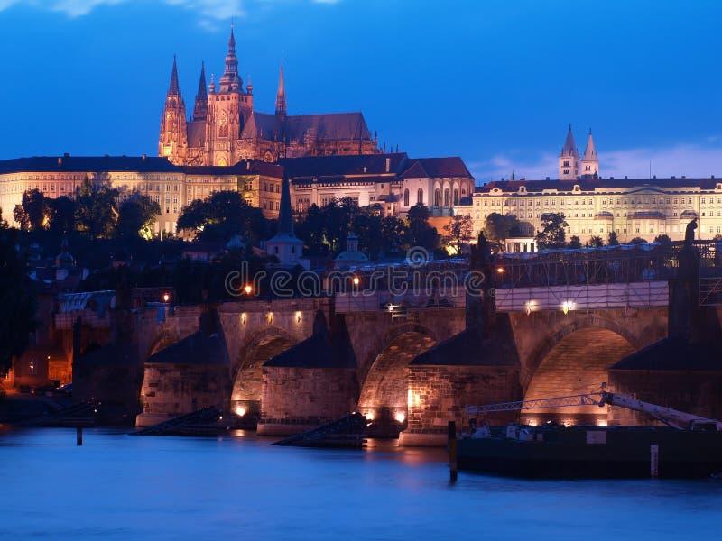 Paesaggio di notte con Charles Bridge ed il san Vitus della cattedrale a Praga, repubblica Ceca fotografie stock