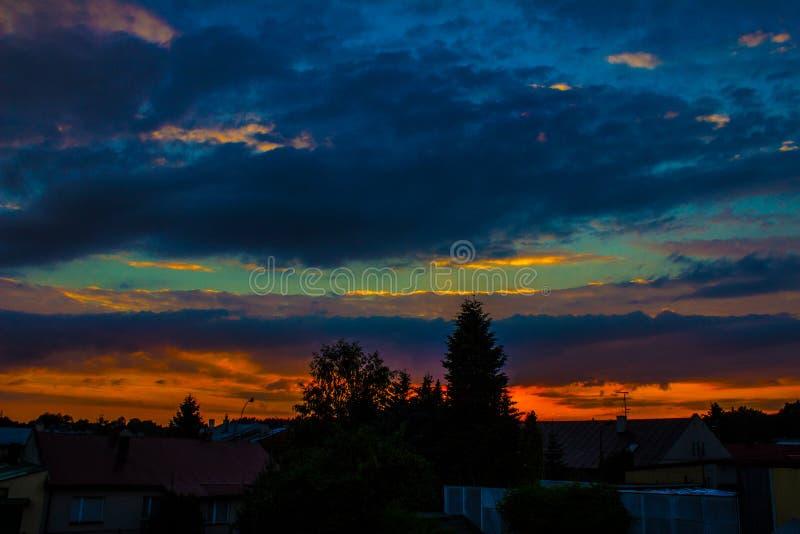 Paesaggio di notte, contro lo sfondo della città e degli alberi al tramonto nave fotografia stock libera da diritti