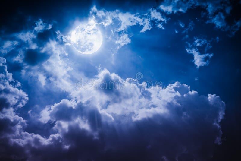 Paesaggio di notte del cielo con la luna piena nuvolosa e luminosa con lo shi immagine stock