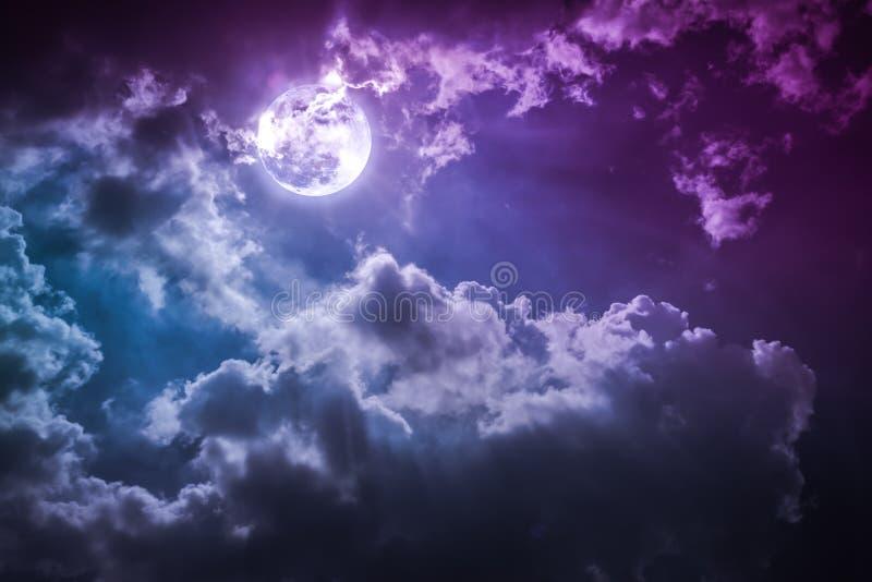 Paesaggio di notte del cielo con la luna piena nuvolosa e luminosa con lo shi fotografia stock libera da diritti
