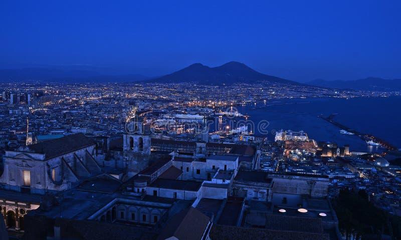 Paesaggio di notte della città di Napoli fotografia stock