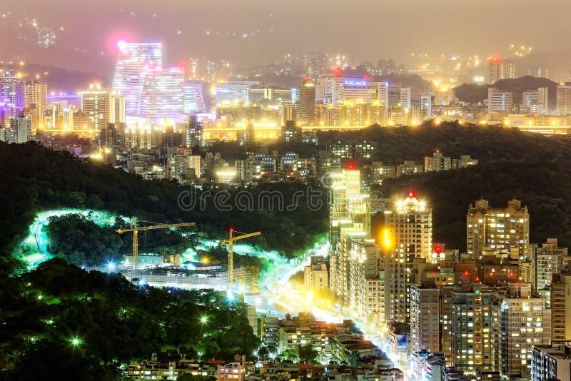 Paesaggio di notte della città sovrappopolata di Taipei con la vista di belle luci che emettono dalle costruzioni immagini stock