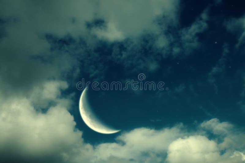 Paesaggio di notte della luna, delle nubi e delle stelle immagini stock