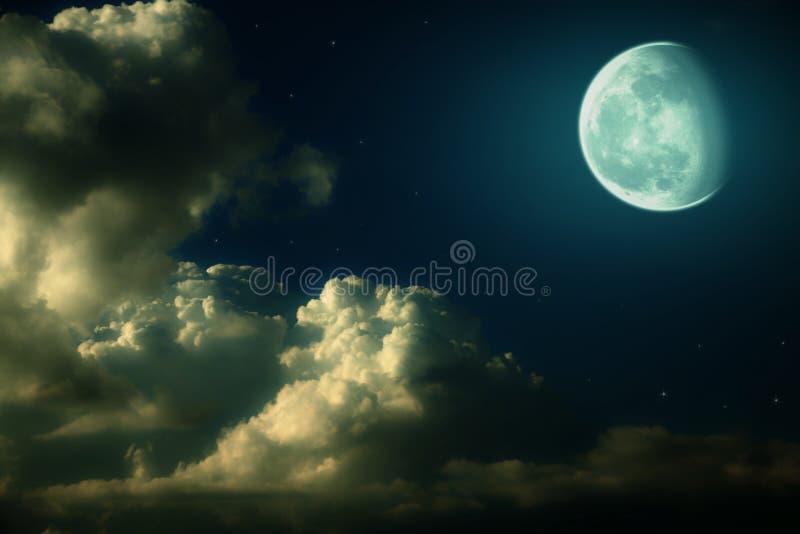 Paesaggio di notte della luna, delle nubi e delle stelle fotografia stock libera da diritti