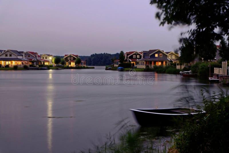 Paesaggio di notte delle case delle vacanze di Lakeside fotografie stock libere da diritti