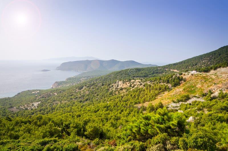 Paesaggio di panorama dalla strada della montagna vicino a Monolithos, Rodi fotografia stock libera da diritti