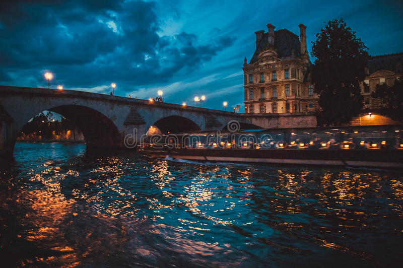 Download Paesaggio Di Sera Di Parigi La Senna Immagine Stock - Immagine di foto, acqua: 55365671