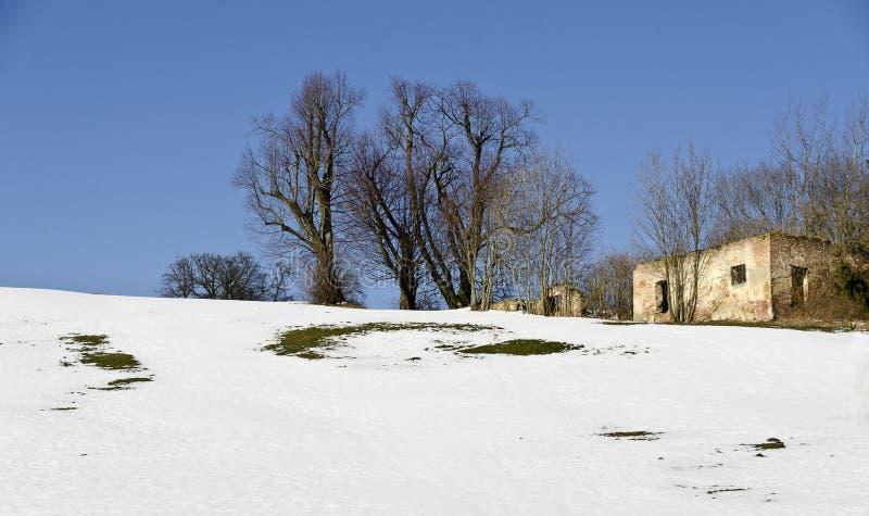 Paesaggio di Snowy con rovina di un fabbricato agricolo immagini stock libere da diritti