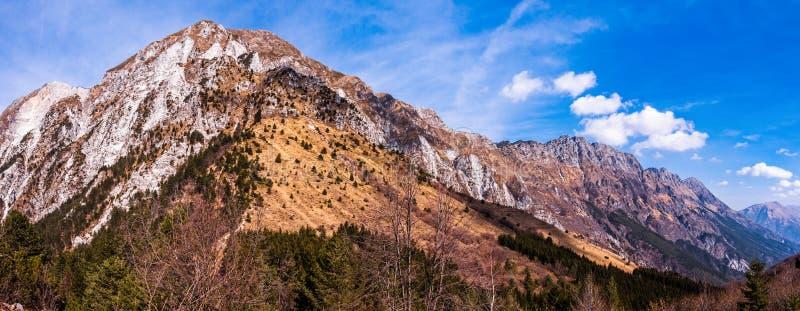 Paesaggio di stupore della montagna con vivo variopinto sul cielo nuvoloso, fondo all'aperto naturale di viaggio Alpi Friuli Ital fotografia stock libera da diritti