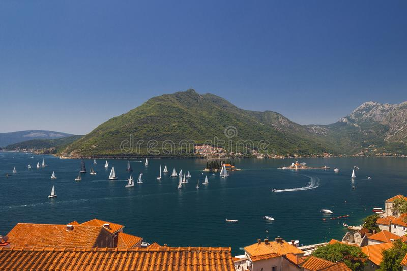 Paesaggio di Sunny Mediterranean Il Montenegro, baia di Cattaro fotografie stock