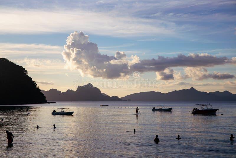 Paesaggio di tramonto sull'isola tropicale Vista del mare con la montagna e la nuvola distanti Bella spiaggia Los Cabanos in EL N fotografie stock libere da diritti