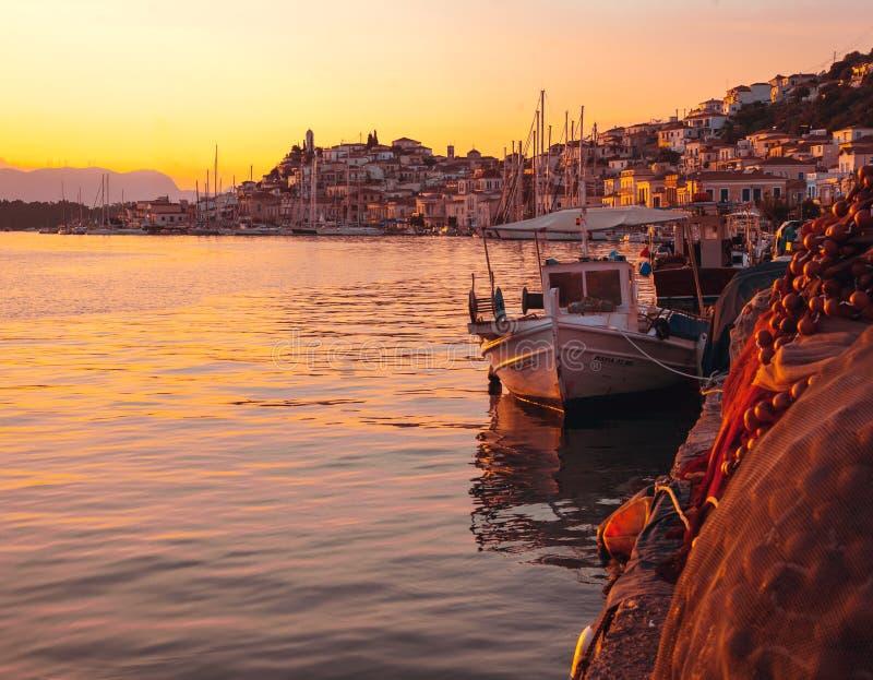 Paesaggio di una città, di una barca e di un mare al tramonto fotografie stock