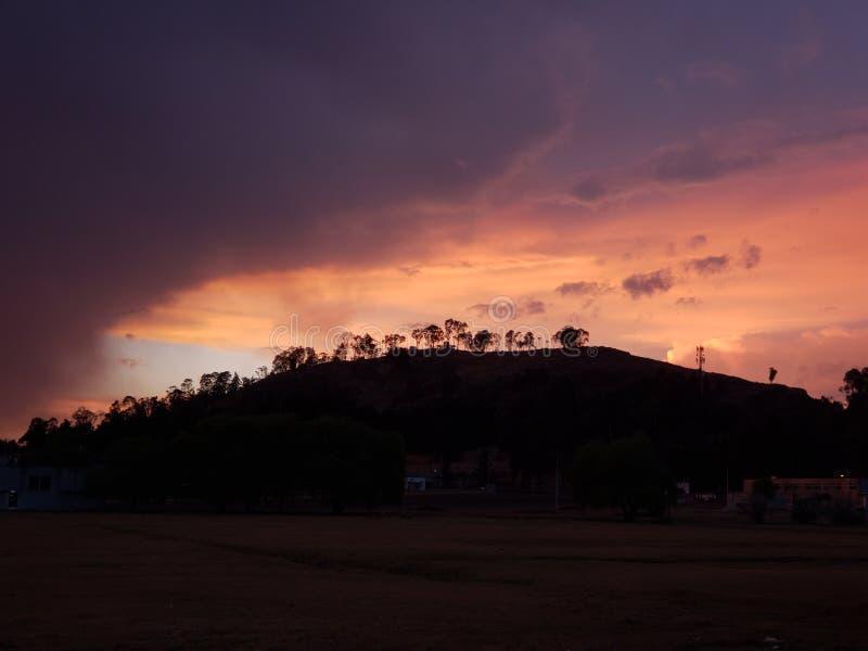 paesaggio di una montagna in Metepec, Messico con i colori nel cielo e nelle nuvole al crepuscolo fotografia stock