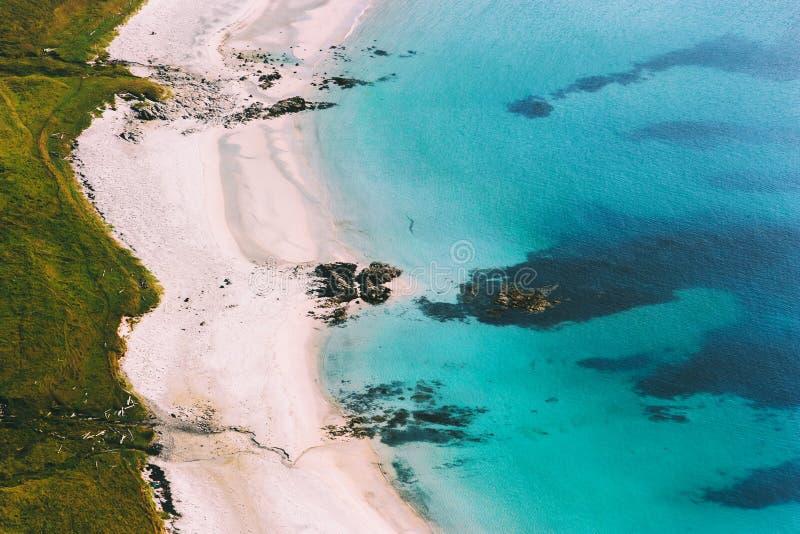Paesaggio di vista aerea della costa della spiaggia dell'oceano fotografia stock libera da diritti