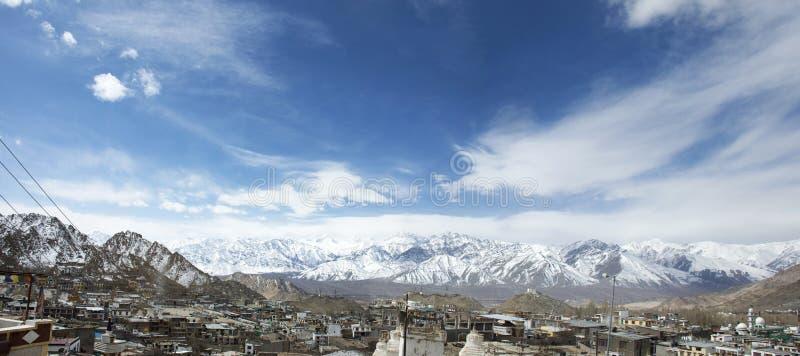 Paesaggio di vista aerea e paesaggio urbano del villaggio di Leh Ladakh con la montagna dell'Himalaya o dell'Himalaya nel Jammu e fotografie stock