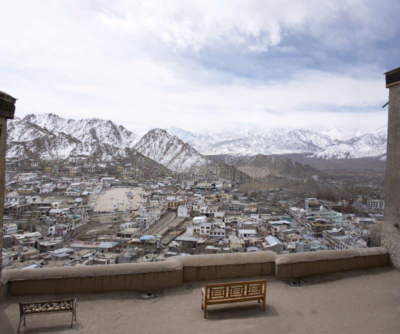 Paesaggio di vista aerea e paesaggio urbano del villaggio di Leh Ladakh con la montagna dell'Himalaya o dell'Himalaya nel Jammu e immagine stock libera da diritti