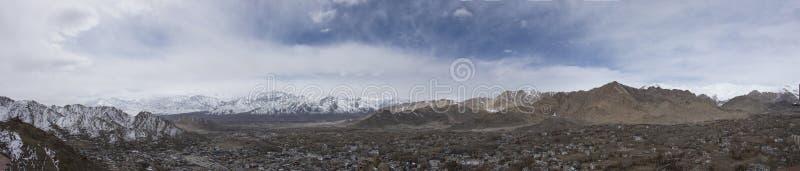 Paesaggio di vista aerea e paesaggio urbano del villaggio di Leh Ladakh con la montagna dell'Himalaya o dell'Himalaya nel Jammu e fotografia stock