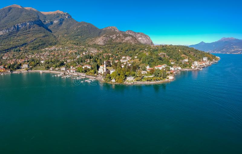 Paesaggio di vista aerea sul bello lago Como in Tremezzina, Lombardia, Italia Cittadina con le case tradizionali e chiaro scenici immagini stock