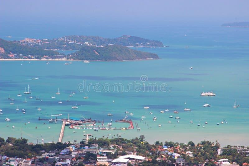 Paesaggio di vista dell'angolo alto bello del mare della città e della baia immagine stock