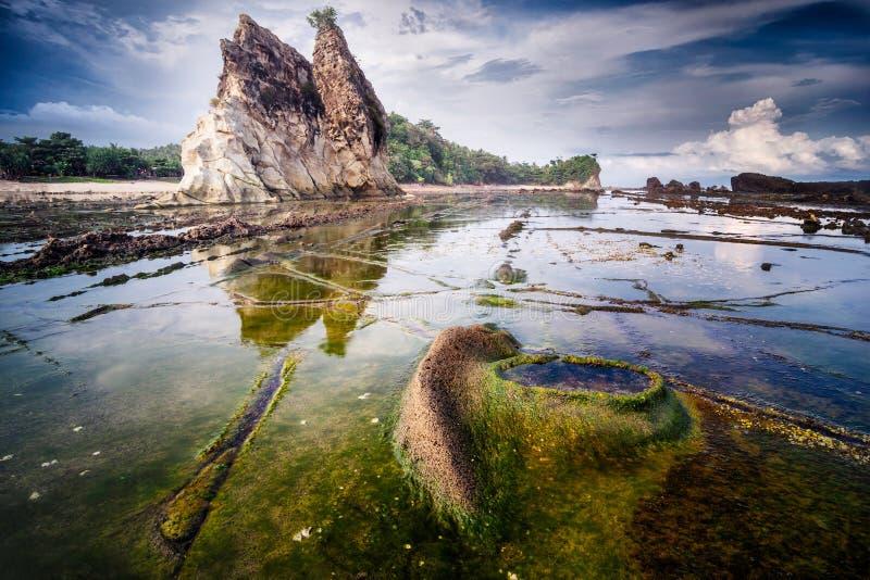 Paesaggio di vista sul mare alla spiaggia di Tanjung Layar, Sawarna, Banten, Indonesia immagini stock libere da diritti