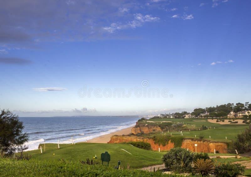Paesaggio di vista sul mare del campo da golf di Algarve fotografia stock libera da diritti