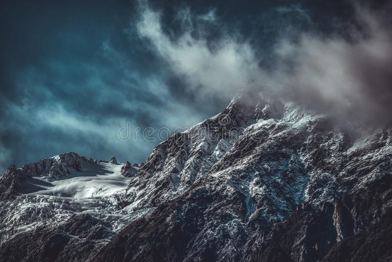 Paesaggio drammatico delle montagne irregolari fotografia stock