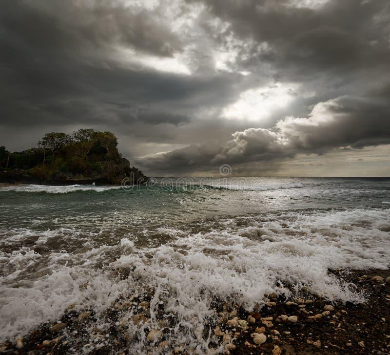 Paesaggio drammatico - il cielo tempestoso scuro e la luce solare, mare ondeggia, co immagine stock libera da diritti