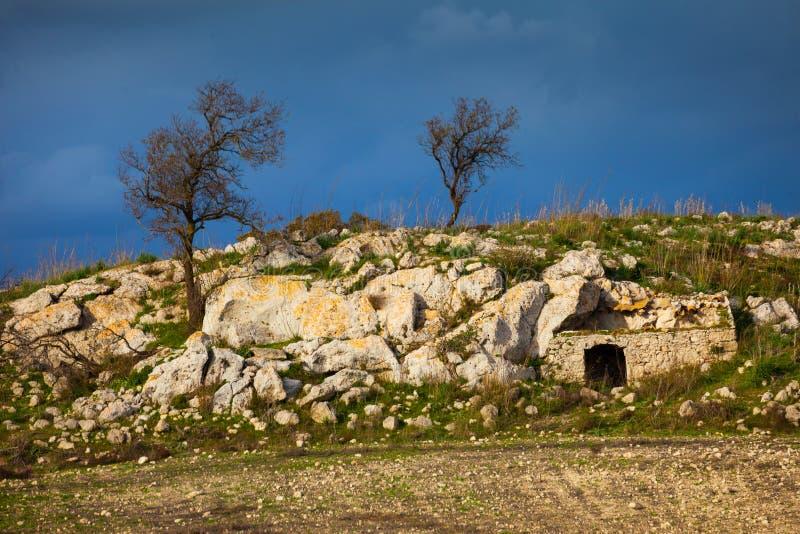 Paesaggio e casa siciliani nella roccia fotografia stock libera da diritti