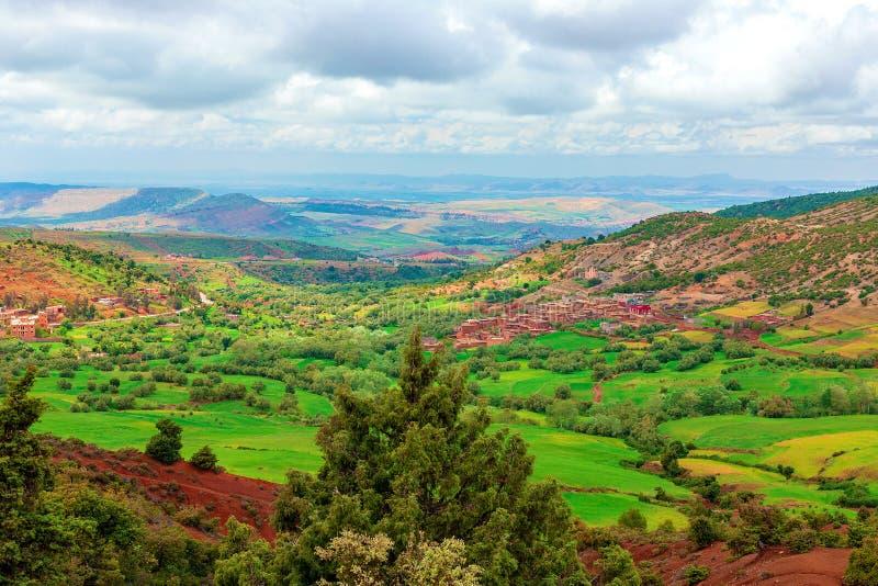 Paesaggio e paesaggio durante il viaggio stradale da Marrakesh alle montagne di atlante, Marocco fotografie stock libere da diritti