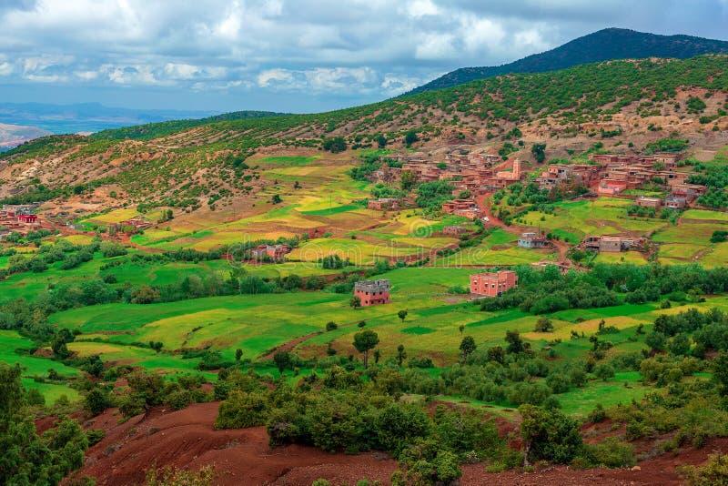 Paesaggio e paesaggio durante il viaggio stradale da Marrakesh alle montagne di atlante, Marocco fotografia stock libera da diritti