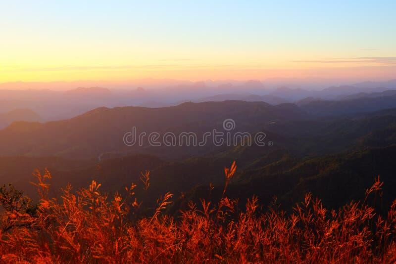 Paesaggio e luce solare della catena montuosa fotografia stock libera da diritti