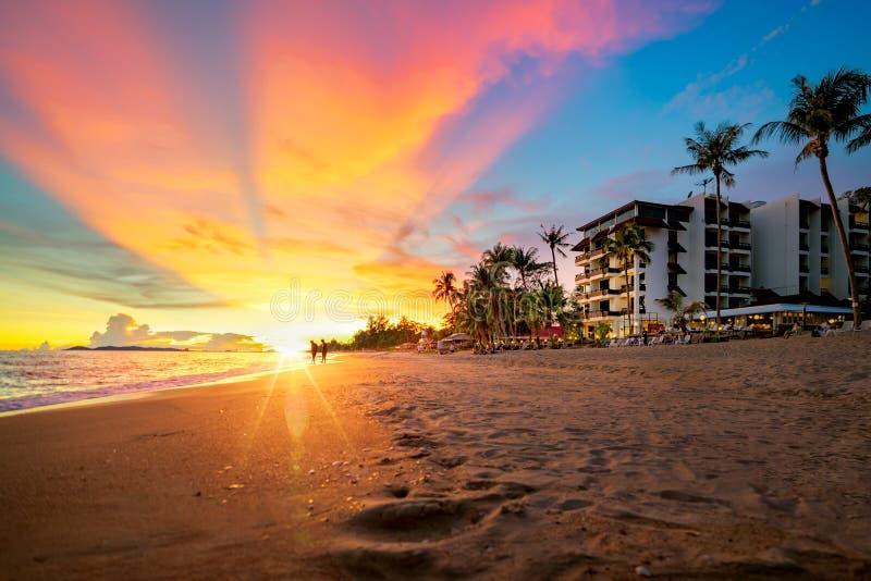 Paesaggio e tramonto con l'hotel in spiaggia del rayong fotografia stock libera da diritti