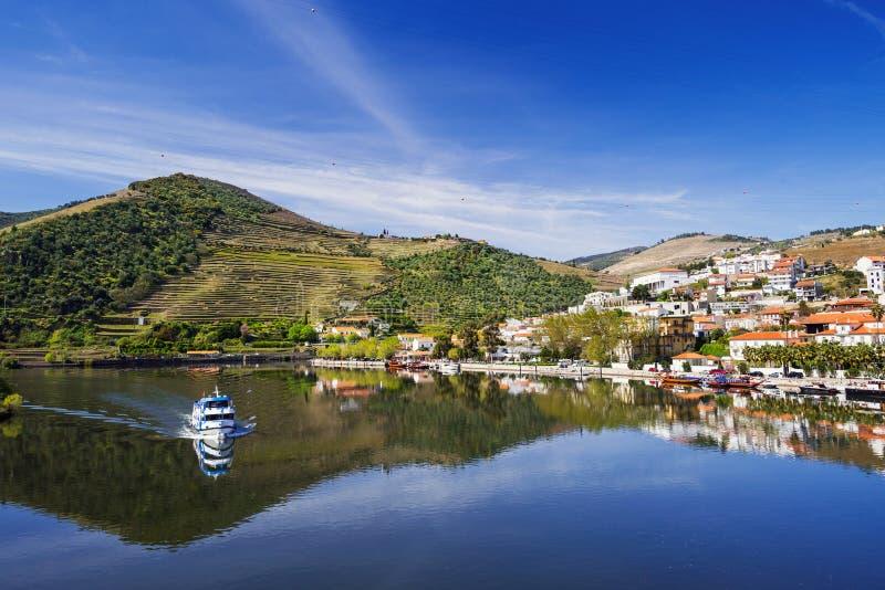 Paesaggio e vigne in valle del Duero con il villaggio di Pinhao, Portogallo fotografia stock