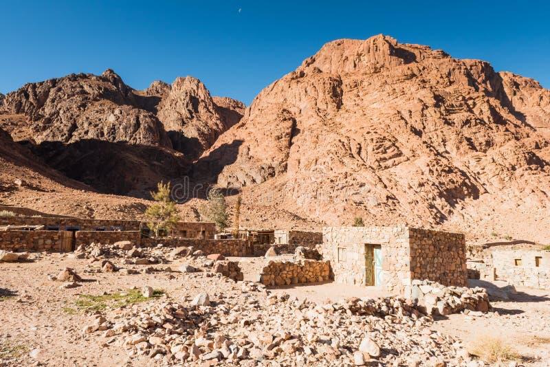 Paesaggio egiziano, villaggio beduino in deserto fotografie stock