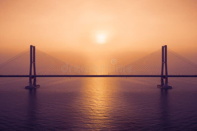 Paesaggio esotico del ponte di Suramadu al tramonto fotografie stock libere da diritti