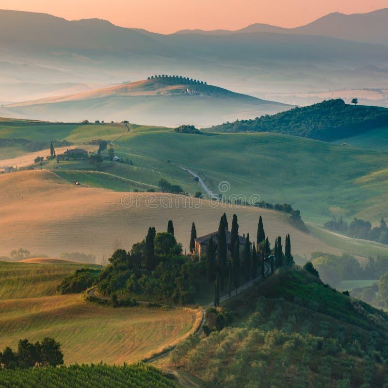 Paesaggio famoso della Toscana nella mattina e nell'alba nebbiose immagine stock libera da diritti