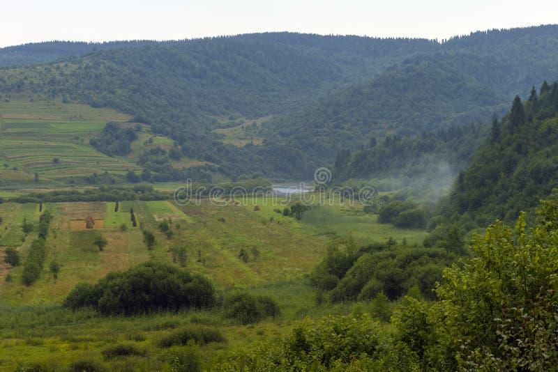 Paesaggio fantastico della campagna di giorno Strada Cielo variopinto Carpatico, Ucraina, Europa Carpatico, Ucraina, Europa fotografia stock
