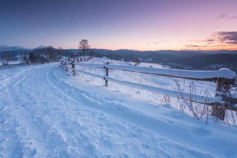 Paesaggio fantastico della montagna di mattina Cielo variopinto nuvoloso Carpatico, Ucraina, Europa fotografia stock