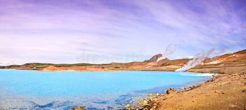 Paesaggio geotermico con il bello lago blu azzurrato del cratere, area di Myvatn, Islanda immagine stock libera da diritti