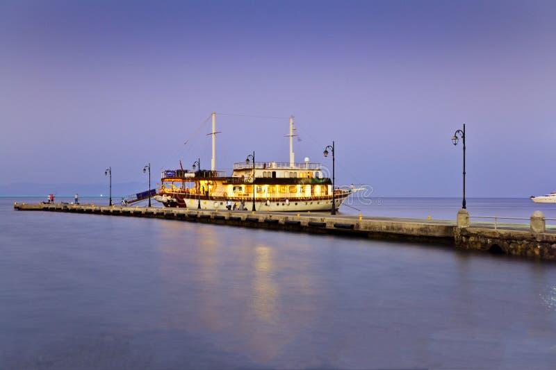 Paesaggio greco Il mare di bello colore e della barca, il pilastro fotografie stock libere da diritti