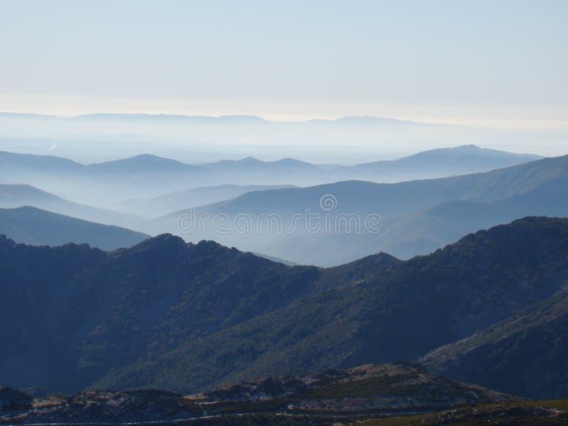 Paesaggio idilliaco con nebbia fotografia stock libera da diritti