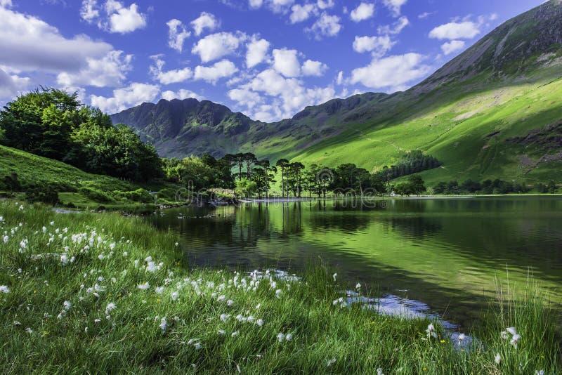 Paesaggio idilliaco del distretto inglese del lago nella primavera fotografia stock