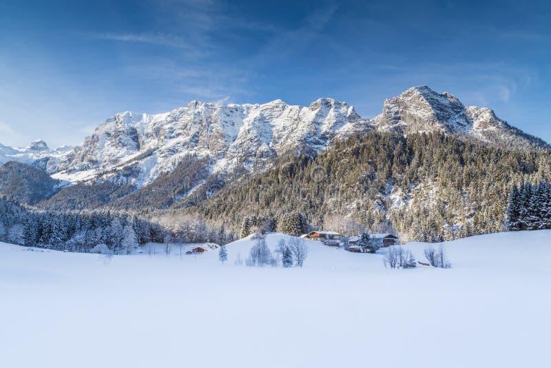 Paesaggio idilliaco della montagna di inverno nelle alpi fotografia stock