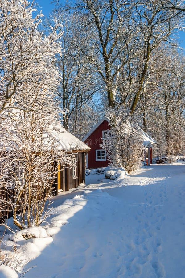 Paesaggio idilliaco di inverno con il cottage immagini stock libere da diritti