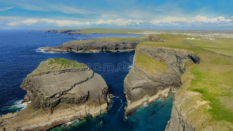 Paesaggio impressionante alle scogliere di Kilkee in Irlanda fotografia stock libera da diritti