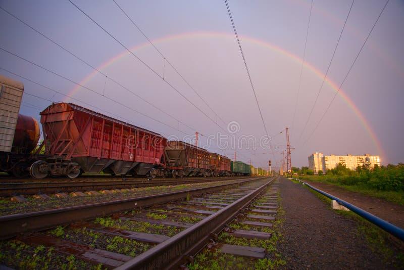 Paesaggio industriale con il treno russo delle ferrovie fotografie stock libere da diritti