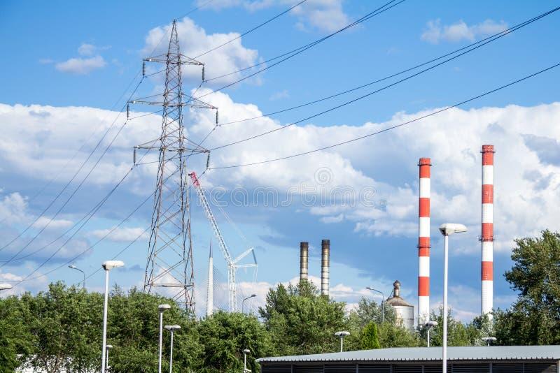Paesaggio industriale dell'Europa Orientale, con le torri della trasmissione, i piloni, le torri di potere, le fabbriche ed i cam immagine stock libera da diritti